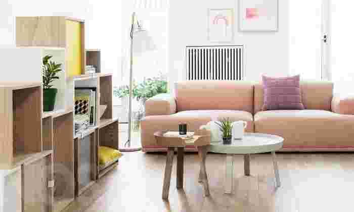 muutoのアラウンドコーヒーテーブルは、オーク材を使用した木のぬくもりを感じる優しさとエレガントさが魅力です。伝統的な北欧デザインなので、テーブルを置くだけで北欧感のある部屋に決まります。スモールとラージサイズがあるので、部屋の広さに合わせて選べるところも◎