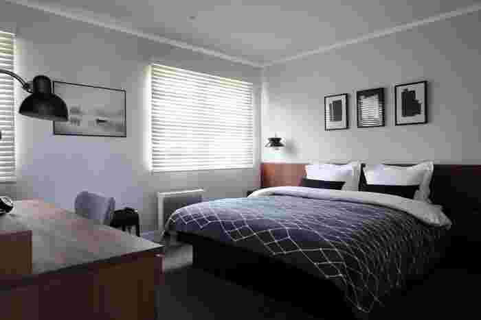 寝室は、最もホテルライクなインテリアを試しやすい部屋。寝室は、人の目に触れないからこそ、自分好みの贅沢な空間づくりができます。  ホテルと言えば、美しいベッドを中心としたインテリアを思い浮かべる方も多いのではないでしょうか。ピンとしわの伸びたベッドファブリック、温かみのある照明、無駄のない家具の配置、どれをとってもくつろぎの空間を演出しています。