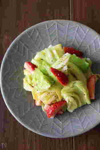 """この時期旬のフルーツ「イチゴ」の魅力も生かしたサラダです。レモン汁の酸味も相まって、さっぱり感がクセになる美味しさ♪キャベツはさっと湯がいて、シャキシャキ感を残すのがポイントです。鮮やかな見た目に心が華やぐ、まさに""""春""""をお招きした一皿。"""
