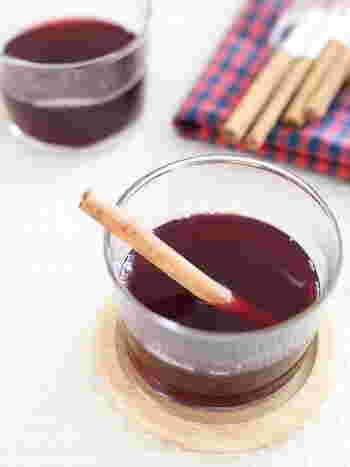 肌寒くなると飲みたくなる「ホットワイン」。赤ワインに砂糖やシナモンなどを入れて、弱火で温めて作ります。ホットワインにすることでアルコールが柔らかくなり、ワインが苦手な方でも飲みやすくなります。
