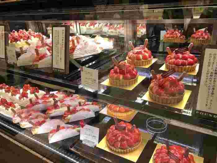 池袋東口のほうにある西武池袋本店のデパ地下にも、気になるケーキがありますよ♪  つやつやっとしたフルーツの表情がたまらない!「ファウンドリー(FOUNDRY)」は、旬のフルーツを贅沢に使用したスイーツで有名。常に行列ができる人気店ですよ。