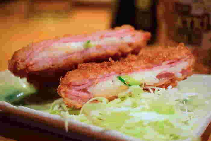 薄切りハムの間にポテトサラダがサンドされた名物の「ハムカツ」は、サクホクの食感。作り置きせず、その都度作るメニューはいつもできたて。ビールもホッピーも進むこと間違いなしです。