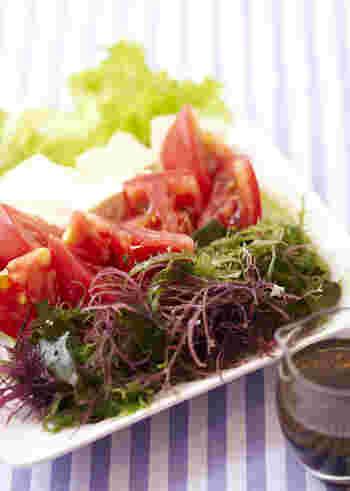 トマトと海藻の色合いがキレイなサラダですね。豆腐やレタスなども入っていてバランスも良いです。乾燥した海藻ミックスを水で戻して使うので、ストックしておけば気軽にトライできるでしょう。
