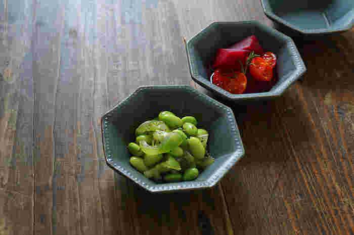 副菜を盛り付ける器としてはもちろんのこと、取り分け用の器としても活躍する「小鉢」は、日々の食卓になくてはならない大事な存在です。 メインの器やお料理に合わせて自由にコーディネートを楽しめるように、色々な種類を揃えておくのはいかがでしょう。