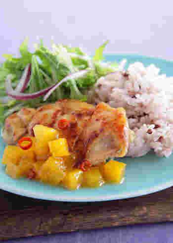 元気が出そうな色合いのお肉が主役のトロピカルなワンプレートごはん。鶏肉をマンゴージャム入りのタレで揉み込むことで、柔らかな仕上がりになりますよ。