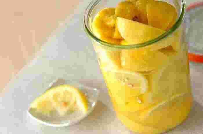 育てる楽しみを味わうなら、モロッコの伝統的な調味料「塩レモン」もおすすめです。材料は塩とレモンだけといたってシンプル。皮ごと使うので防カビ剤やワックス不使用の国産レモンを使用してくださいね。 まず消毒した瓶にくし切りのレモンと粗塩を交互にぎゅっと詰め、水気が出てきたら軽く振り塩をまんべんなく行き渡らせます。2、3日置きに瓶を振り、日陰の涼しい場所で保存します。1ヶ月ほどで熟成が進みトロッとしてきたら完成、冷蔵庫で1年近くは保存できるそう。