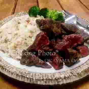 ガーリックライスによく合うメインといえば、やはりステーキなど肉料理が一番人気。もりもりと食べられ、スタミナがつきますね。夏にぴったりの鉄板メニューではないでしょうか。