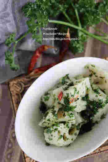 パセリとレンコンの他は、オリーブオイル、塩、唐辛子などお家にある調味料で作れるホットサラダ。蒸し器で簡単に作れるので調理中に他の料理を作れる、お助け時短レシピです。