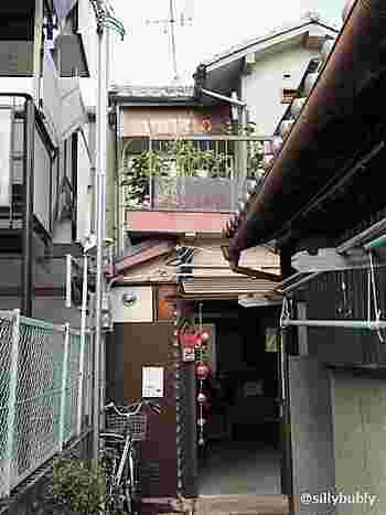 細い路地のさらに奥にある「Chocolaterie&cafe TRICO(トリコ)」は、古都・奈良ではちょっと珍しい本格ショコラのお店。2階のベランダの所に店名が見えますが、初めての方は通り過ぎてしまうほどひっそりとした佇まい。住宅街にあるので、一軒一軒確かめながら探してみてくださいね。