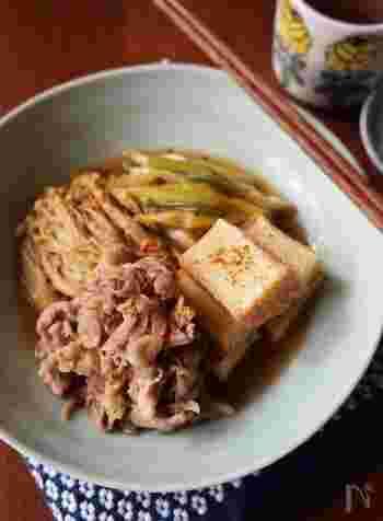 優しい味の肉豆腐は、ご飯のおかずにぴったりの定番おかず。リーズナブルな豚こまぎれ肉を使用した、節約レシピです。牛肉や豚バラ肉の代わりに豚こまぎれ肉を使う場合には、厚揚げを豆腐の代わりに。コクと旨味がアップします。短時間で作れるのも、嬉しいポイントですね。