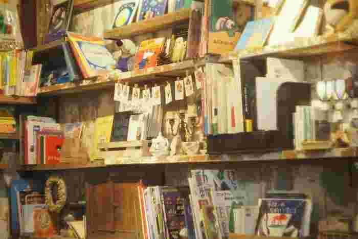 バムケロはもちろん、いろんな絵本やキャラクターグッズがたくさん揃っているので親子で楽しめます。