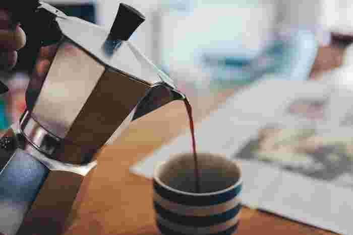 それは、日々の「所作」について見直してみるということ。といっても、今回ご紹介するのは禅や茶道などのように格式ばったものではありません。例えるならば、「一杯のコーヒーを丁寧に淹れる」ようなもの。一つ一つの動作をゆったり丁寧に行うことで、不思議と気持ちが落ち着いて、生き方にまで良い影響を及ぼすことがあるんです。では、「所作」とは一体どんなものを指すのでしょうか?まずはそこからご紹介していきましょう☆