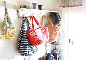 デザイン性の高いフックなら、何も掛けていない時でもおしゃれ◎ バッグや帽子、ストールなど、使い勝手のいいアイテムを掛けてみて。