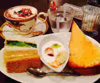 「Cafe de Lyon」は、自家製のケーキやパフェ等のスイーツが充実した、フランスのLyon風のカフェ。洒落た店内で頂くコーヒーは、焙煎士による本格コーヒー。2種類のサンドウィッチと果物入りのヨーグルト、本日のトーストが付いたモーニングセット(※土・日・祝限定)は、ドリンク代のみで頂けます。彩りも豊かで朝から幸せな気分になります。