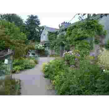 ポターが暮らした家が当時のまま残る「ヒル・トップ(Hill Top)」。ボウネスからフェリーに乗って約1時間の場所に位置します。自然保護に努めたポターの残したヒル・トップの庭には色とりどりの花々が咲き乱れ、周囲には美しい田園風景が広がっています。