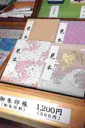 御朱印帳は神社やお寺の社務所で購入することができます。一冊でだいたい1000円程度。購入した神社は一枚目のページに御朱印を押して渡してくれます。