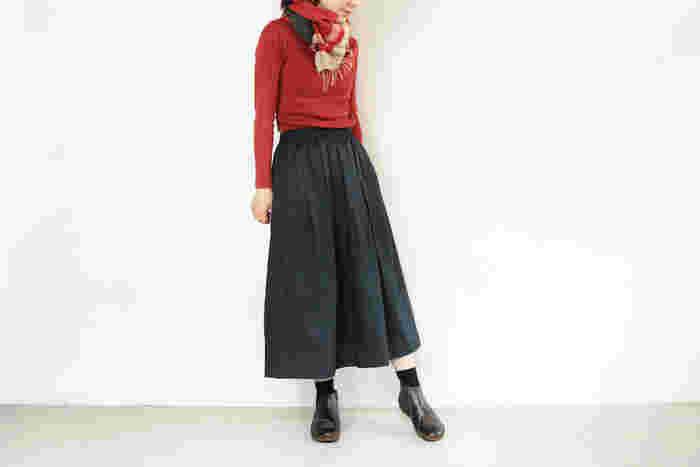 絶妙な筒丈が魅力のNAOTのショートブーツは、フェミニンなスカート&ワンピースにも上品にマッチします。こちらは鮮やかな赤いトップスとマフラーをアクセントにした、ナチュラルでおしゃれなスカートコーデ。足元はNAOTの人気モデル「CHI(チ)」を合わせて、大人っぽくスタイリッシュな雰囲気に。アッパーとサイドに施された、可愛い渦巻き模様のデザインがポイントです。