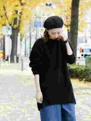 オシャレアイテムとして定番人気の帽子。ニットキャップやベレー帽、ハットなど種類も豊富でおもわず買ってしまうこともあるのでは?でも、年齢を重ねることであご周りの顔がたるんでくると、顔が大きく見えてしまい、帽子が似合いにくくなることも。  帽子を買うときには必ず試着して。ちょっとしたデザインや被り方で見え方が大きく変わってきます。写真のモデルさんのように自分に合ったものを選んでくださいね。