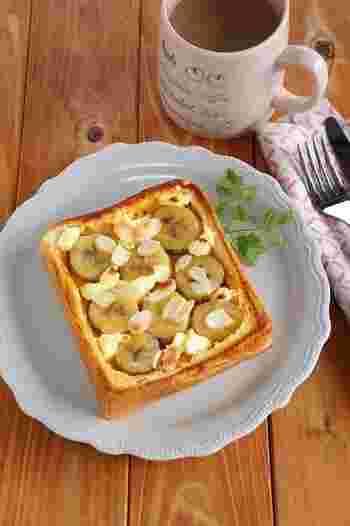 こちらはフライパンいらずのフレンチトースト。  スプーンの背でくぼませた食パンにバナナやクリームチーズなどの具材をのせ、甘い卵液を流し込んだらトースターへ。バナナの他にも、りんごなど季節のフルーツをのせても◎ ボリュームもあるから、朝食やおやつにおすすめです!
