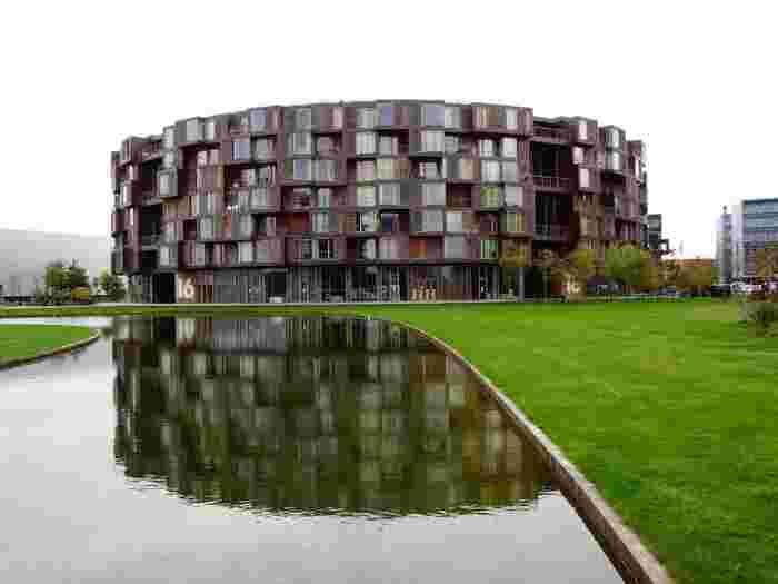 どこかイタリアのコロッセオを彷彿とさせるようなこの、円形の「ティットゲン ドミトリー (Tietgenkollegiet)」。曲線と凹凸のバランスが美しく、思わず見とれてしまいます。コペンハーゲンに拠点を置くデンマークの建築会社「ルンドカアルド&トランベリ(Lundgaard & Tranberg)」により手がけられました。