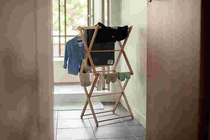 生活感の出やすい物干しラックは、インテリア性を損なってしまいます。こちらの天然木を使った物干しならデザイン性が高く、洗濯ものを部屋干ししてもインテリアに馴染みやすいですね。使わない時はコンパクトに畳んで収納できるのも使いいやすいポイント。