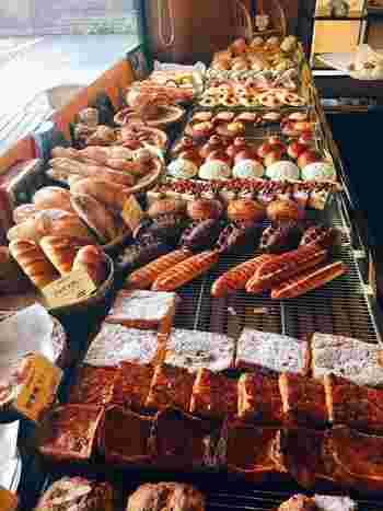 店内には様々な種類のパンがぎっしり!しかも朝7時からオープンしているので、お寺めぐりの前のモーニングにもオススメです。