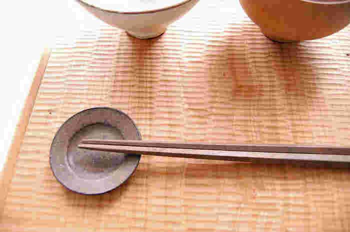 いつもはうつわとして使う豆皿を、たまには箸置きにするのもおすすめ。土の温もりを感じられる豆皿全体の表情が楽しめますね。