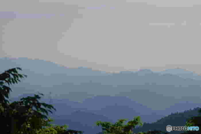 高尾山頂まで登ると、頂上からは山の連なりを臨むことができます。目の前に広がる山々に、雄大な自然のパワーをいただけそうですね。