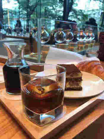 『バレルエイジド コールド ブリュー』。 バーボンウイスキーの樽の中で熟成させたコーヒー豆をコールド ブリュー(水出し)によって抽出。 ↓↓