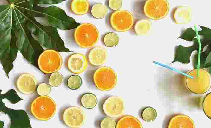 「シトラスカラー」とはレモンやライムなどのシトラスフルーツによくある色合いのこと。色鮮やかで眩しいイメージがありますが、取り入れ方次第で、ナチュラルに着こなすことが可能です。大人が取り入れるコツは淡くてコントラストが低い「ペールトーン」を選ぶこと。そうすると爽やかさのある、柔らかい印象のコーディネートが完成するんです♪今回は「イエロー」「オレンジ」「グリーン」の3つのカラーにスポットを当てて、それぞれを上手に取り入れた爽やかコーディネートをご紹介します。
