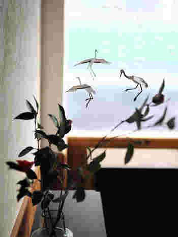 窓辺に鶴のモビールを飾ったら、外から鶴が舞い込んだようにも見えますね。飾る場所によって、イメージを変えることができるというのも面白いですね。
