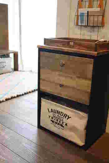 カラーボックス用の引き出しの前面にバルサ材を貼れば、使い込んだ風合いの木箱にイメージチェンジ。バルサ材とはカッターで切れる加工木材のことで、100均でも手に入れることができますよ。