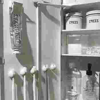 歯ブラシは、洗面所の扉の裏に収納。家族それぞれ決まった位置にしまうことをルールにすれば、子どもでも片付けやすいですね。クリップにひっかけるだけの簡単収納法です。