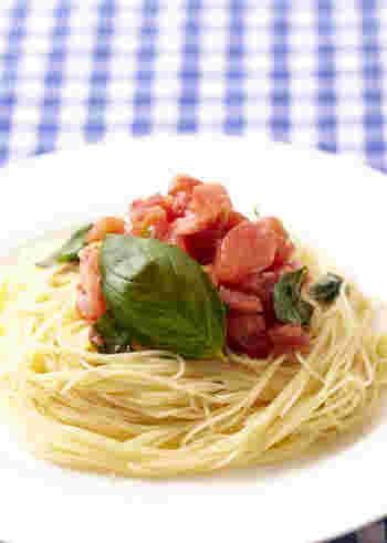 トマトとバジルを組み合わせた王道のパスタレシピです。パスタには髪の毛のように細い「カッペリーニ」を使用しています。シンプルでさっぱりとした味付けのパスタは、暑い夏にぴったり。