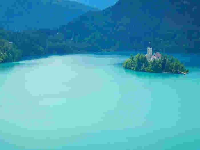 スロベニアにある湖畔の街「ブレッド」。一番の見どころは「アルプスの瞳」と称される美しい「ブレッド湖」と湖に浮かぶ小さな島です。そこに建つ教会が水面に映り込む景観は、どこか神々しく、幻想的で息をのむ美しさ。教会では多くのカップルがこぞって結婚式をあげるそうです。