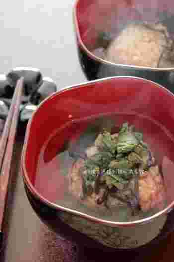 出汁醤油麹のお醤油で作った焼きおにぎりに、葉わさびをたっぷりかけて大人のお茶漬けです。