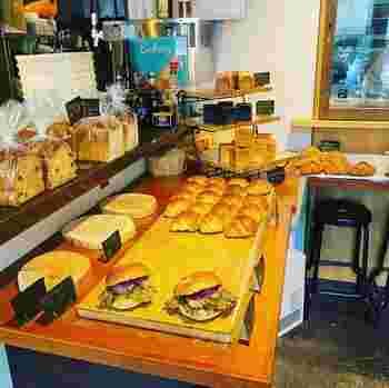 """""""おなかも、きもちも、ハッピーに""""をコンセプトに、店内の厨房でパンを焼き上げています。ハード系のパンを中心に、デニッシュや食パンなどがあります。"""