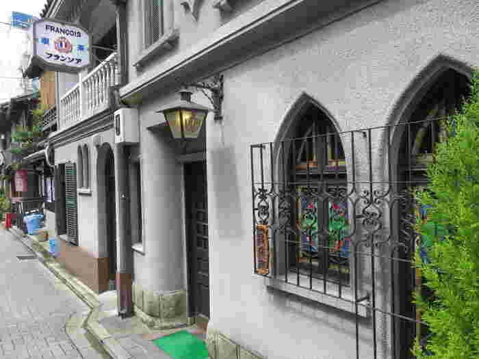 日本の喫茶店としては初めての国の登録有形文化財に指定。 京都の町家が並ぶ中でのヨーロピアンテイストが際立ちます。