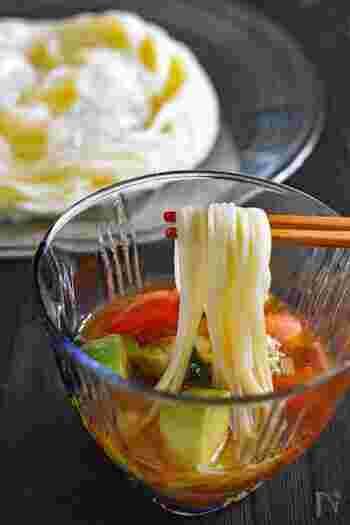トマトの酸味とアボカドの濃厚なうまみがミックスされた、さっぱりだけどコクもあるそうめんのつゆ。オリーブオイルを入れるのがポイント。