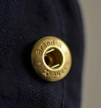 ファスナーやボタンはゴールドの素材を使用。ベージュ・カーキ・ネイビー・ライトグレーの定番ミリタリーカラーともマッチして、上品な雰囲気が漂います。