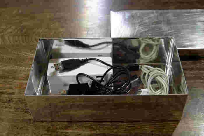 頻繁に使うスマートフォン関係の充電器や、パソコンのUSBコードなどをひとまとめに収納してもいいですね!蓋をしてしまえば、埃も防げるので、お掃除も楽ちんです♪