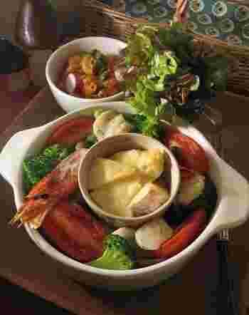 野菜のオーブン焼きとにカマンベールチーズを一緒に焼いてフォンデュも作ってしまいましょう!こちらのレシピでは、グラタン皿で一気に作る方法ですが、魚介類と野菜だけをオーブンで焼き、ココットに入れたカマンベールを電子レンジで1分加熱してもOKです!