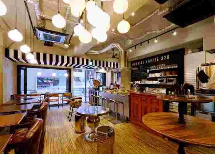 店内はウッド調で落ち着いた空間。ゆっくりとコーヒーを楽しむことができます。