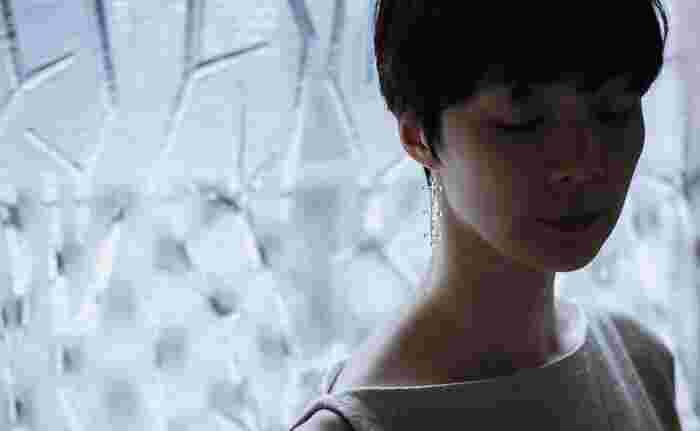まるでアート作品のような洗練された美しさをまとったSIRI SIRIのジュエリーは、ガラスや籐、天然木といった斬新かつユニークな素材も特徴です。 それぞれのマテリアルによって手触りや風合いが異なり、素材そのものが持つ魅力を存分に味わえる作品ばかりです。 ひとつひとつの素材にこだわって作り出される美しいジュエリーは、実際に人が身につけることでよりいっそう輝きを増します。 そんなSIRI SIRIならではの魅力が詰まった、素敵なジュエリーコレクションをさっそく見ていきましょう。