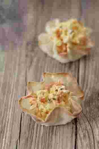 ゆで卵とカニカマで作るお手軽サラダも、餃子の皮で作ったカップに入れるだけでこんなに可愛いおかずに。器ごとポリポリ食べたいですね♪