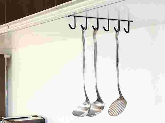 収納上手さんの間では定番の、ひっかける収納方法! 調理器具だけでなく、マグカップもかけられるので、見せる収納が簡単にかないます。