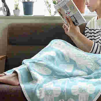 ウールだけでなくオールシーズン使えるコットン素材のものたくさんありますよ。こちらは日本人デザイナー鹿児島 睦さんのデザイン。北欧×日本の素敵なコラボブランケットです。
