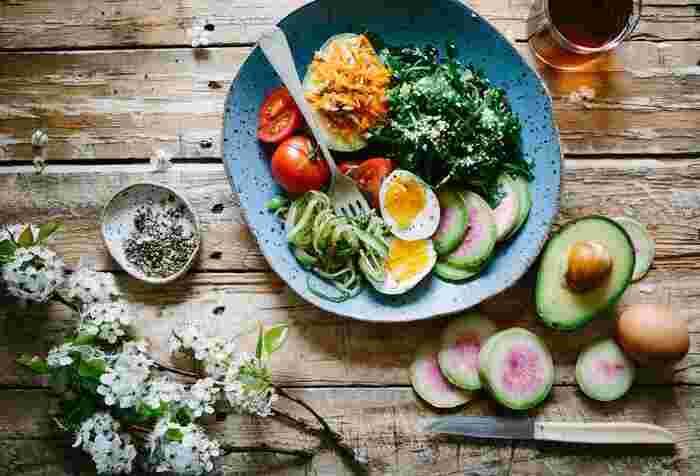 バリア機能の低下は、不規則な生活や栄養不足が原因となることも。1日3食、バランスの良い食事を心がけましょう。特に、タンパク質・脂質・ビタミンC・ビタミンEはバリア機能を助ける栄養素なので、積極的に摂取して。
