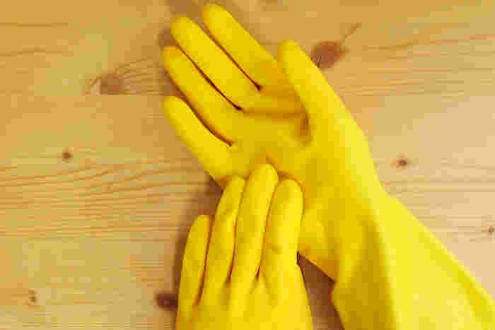 洗濯洗剤は石けんや食器用洗剤よりも、お肌のトラブルを起こすことも多いです。漂白剤も使うため、マスクを洗う時は台所用手袋を使用しましょう。
