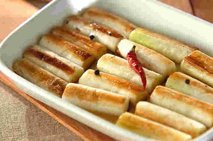 酢の代わりにレモン汁を使ったマリネ液で漬ける、自然な酸味のサッパリとしたマリネレシピです。塩を振りかけつつオリーブオイルでじっくり焼いたネギは、甘味と旨味たっぷり。素材の味を活かしたマリネは、パスタやパンとも相性抜群です。